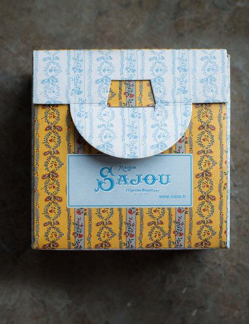 Korsstygnskit med sött blommönster i ask från Sajou